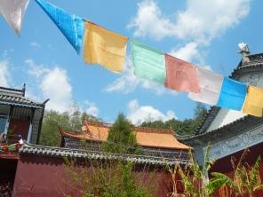 drapeaux-bouddhistes-temple-qingming-cangshan